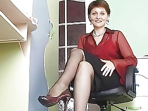 mature milf skirt upskirt