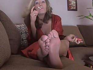 feet foot-fetish lesbian licking mammy milf